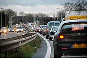 Nederland, Nijmegen, 09-12-2006..File voor de Waalbrug van Nijmegen. Het KAN heeft voorspeld dat als er geen extra brug komt in 5 jaar tijd het verkeer over de A 325 van Arnhem naar Nijmegen vastgelopen zal zijn. Deze brug is de enige toegangsweg uit het noorden, de Betuwe. ..Foto: Flip Franssen/Hollandse Hoogte