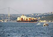 Turkije, Istanbul, 1-6-2011Stadsbeelden van Istanboel. Containerschip vaart door de Bosporus.Foto: Flip Franssen