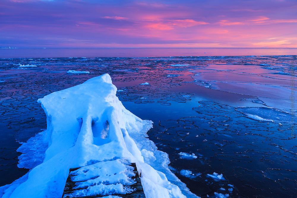 Isflak vid brygga på Torö vid havet i Stockholms skärgård.