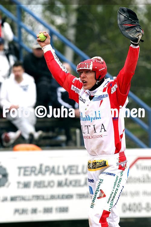 15.5.2011, Saarikentt?, Vimpeli..Superpesis 2011, Vimpelin Veto - Koskenkorvan Urheilijat..Janne Rauhala - Koskenkorva.©Juha Tamminen.