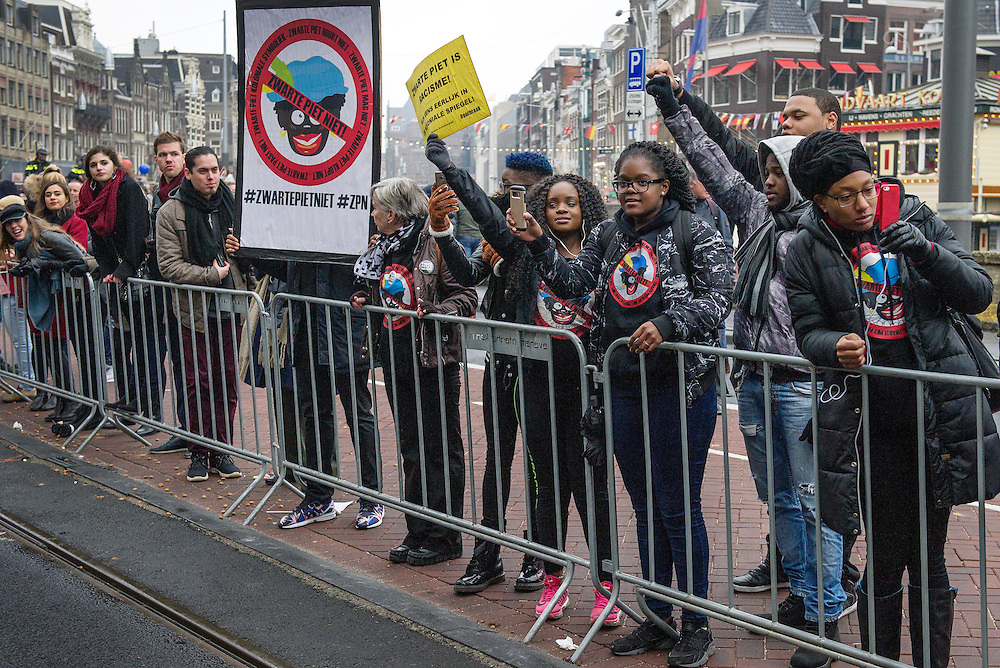 Netherland. Amsterdam, 13-11-2016. Copyright/Photo: Patrick Post. Demonstrators wait for Sinterklaas to come. Zwarte Piet is racisme. Black Pete is racism.