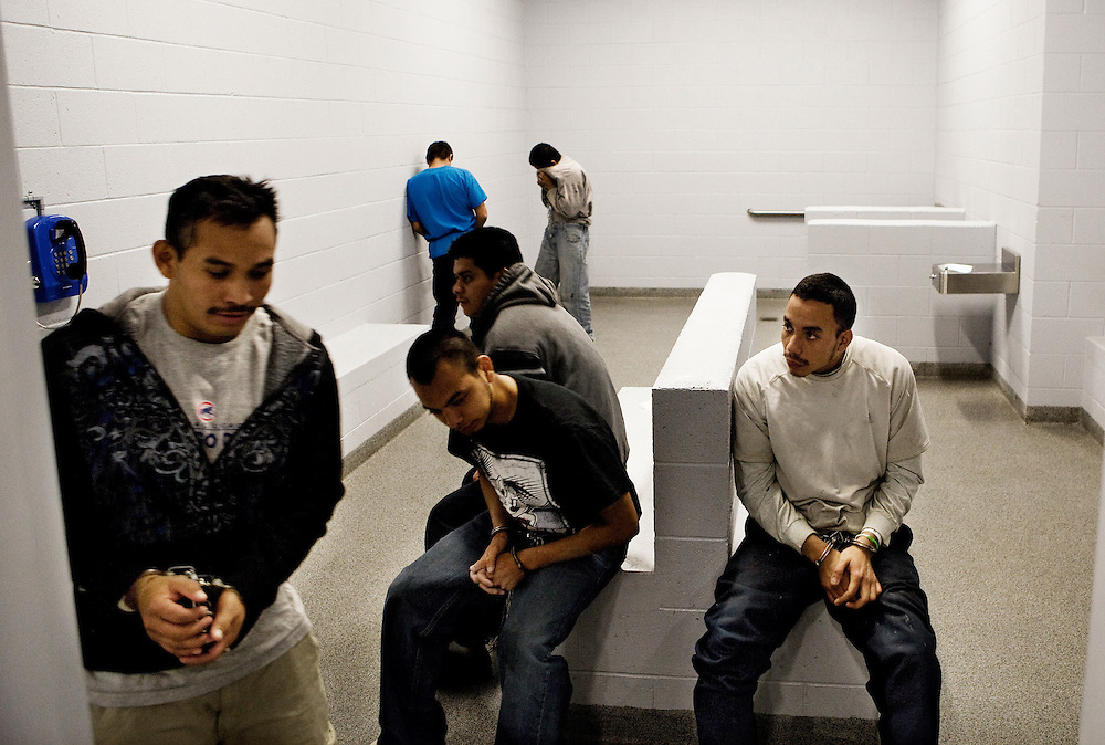 Los extranjeros ilegales son encerrados en celdas de prisión en las últimas 24 horas antes de la salida. Incluso por delitos de menor importancia, tales como conducir borracho o robo, los extranjeros ilegales se están encadenados, por sus pies, la cintura y las manos.
