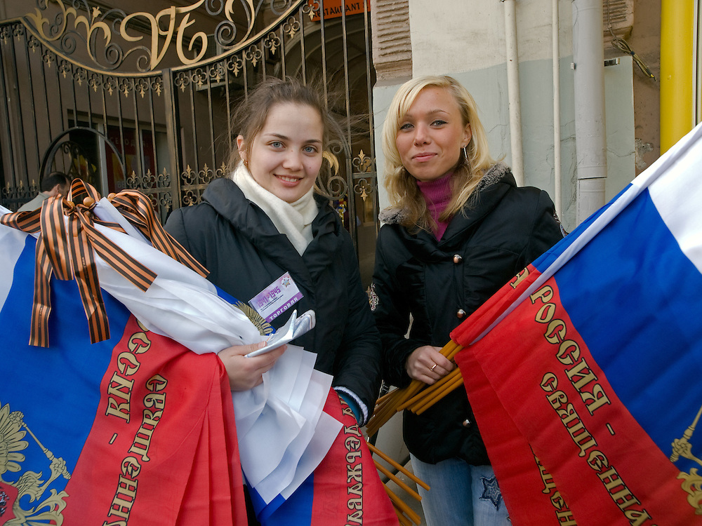 Junge Frauen verkaufen Nationalflaggen mit dem russischen Wappen im Zentrum vor der größten Militärparade in Rußland seit Ende der Sowjetunion 1991 (9.Mai 2008).<br /> <br /> Young women are selling Russian flags shortly before the Victory Day parade (took place the 9th of May 2008) which showcased military hardware for the first time since the Soviet collapse.