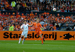 04-06-2005 VOETBAL: NEDERLAND-ROEMENIE: ROTTERDAM <br /> Het Nederlands elftal heeft weer een stap gezet richting het WK van volgend jaar in Duitsland. In Rotterdam werd Roemenië met 2-0 verslagen / Dirk Kuyt - Staatsloterij<br /> ©2005-WWW.FOTOHOOGENDOORN.NL