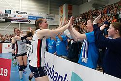 20190424 NED: Sliedrecht Sport - VC Sneek: Sliedrecht<br /> Sliedrecht Sport Nederlands Kampioen Volleybal Seizoen 2018 - 2019, Carlijn Ghijssen - Jans (10) of Sliedrecht Sport bedankt de fans<br /> ©2019-FotoHoogendoorn.nl / Pim Waslander