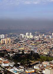 Vista aérea da cidade de São Paulo próximo ao aeroporto de Guarulhos onde pode-se notar a camada de poluição do ar que envolve a cidade. FOTO: Jefferson Bernardes/Preview.com