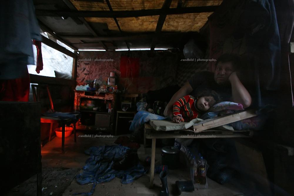 Eine ärmliche Hüttensiedlung einer Roma-Familie im Südwesten des winterlichen Moskaus.  A settlement of a Roma family in the southwest of Moscow in Wintertime.