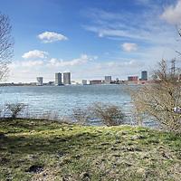 Nederland, Almere, 30 maart 2015.<br /> Rens Spanjaard initiator Weerwoud kijkt vanuit een toren op het eiland Utopia nabij Almere uit over het voedselbos.<br /> VOEDSELBOS OP UTOPIA<br /> We leggen een voedselbos aan op ons eiland. Van boom tot kruid en weer terug, alles is erop ingericht om een zo gezond en divers mogelijk bos neer te zetten dat zoveel mogelijk voedsel produceert. Wij zorgen ervoor dat je in 2022 kunt dwalen en verdwalen in een bos vol noten, appels, aardbeien en eindeloos veel ander lekkers. Om te plukken en van te genieten.<br /> Om in 2022 een voedselbos te hebben, planten we het nu al aan. Tijdens de Floriade is ons Weerwoud dan jong volwassen en vol in productie, en laat het je zien hoe een natuurlijk ecosysteem ons van voedsel kan voorzien.<br /> De Urban Greeners Rens en Koen zijn het tweespan achter het Weerwoud. Ze worden versterkt door twee voedselbosexperts van Food Forestry Nederland: Wouter Eck en Xavier San Giorgi. Ook zijn er studenten van CAH Vilentum die meedenken en helpen om er een leefbaar bos van te maken, door bijvoorbeeld onderzoek te doen.<br /> Op de foto: vanuit het eiland Utopia uitzicht over almere. Rechts Rens Spanjaard.<br /> Foto:Jean-Pierre Jans