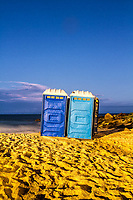 Banheiros químicos portáteis na Praia da Morro das Pedras ao anoitecer. Florianópolis, Santa Catarina, Brasil. / Portable chemical toillets at Morro das Pedras Beach at evening. Florianopolis, Santa Catarina, Brazil.