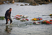 Agrigento, funerali di stato per i morti a Lampedusa, fiori lanciati a mare dai parenti delle vittime.<br />