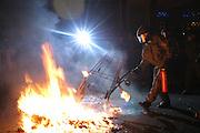 Polizisten versuchen einen brennenden Müllhaufen zu löschen, der in Kreuzberg anlässlich der 1.Mai Krawalle angesteckt wurde. Policemen trying to erase a burning waste heap during the 1.May riots in Berlin Kreuzberg