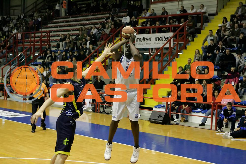 DESCRIZIONE : Napoli Lega A 2009-10 Martos Napoli Sigma Coatings Montegranaro<br /> GIOCATORE : Robert Taylor<br /> SQUADRA : Martos Napoli<br /> EVENTO : Campionato Lega A 2009-2010 <br /> GARA : Martos Napoli Sigma Coatings Montegranaro<br /> DATA : 15/11/2009<br /> CATEGORIA : tiro<br /> SPORT : Pallacanestro <br /> AUTORE : Agenzia Ciamillo-Castoria/A.De Lise<br /> Galleria : Lega Basket A 2009-2010 <br /> Fotonotizia : Napoli Campionato Italiano Lega A 2009-2010 Martos Napoli Sigma Coatings Montegranaro<br /> Predefinita :
