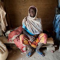 11/10/2012. Village de Koudaram, departement de Tanout. Niger.  Projet ECHO: Opération de transfert monétaire visant la mitigation de la crise alimentaire 2012.   Portrait de Zeinabou GOGA, béneficiaire. Crédits: CRF/Sylvain Cherkaoui