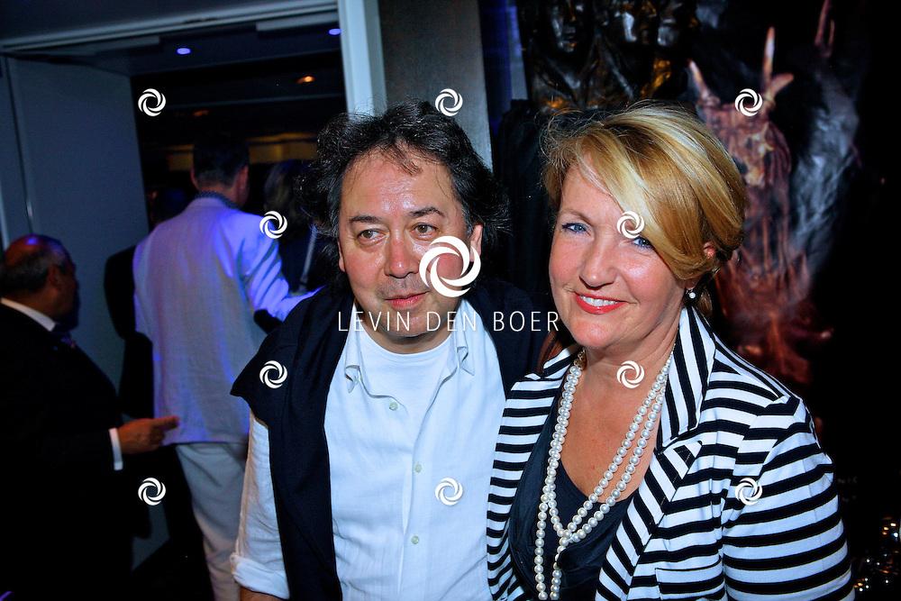 AMSTERDAM - Na het grote Toppers concert mochten de VIPS over de rode loper naar het VIP feest.  Met op de foto Joop Munsterman met zijn vrouw Irma. FOTO LEVIN DEN BOER - PERSFOTO.NU