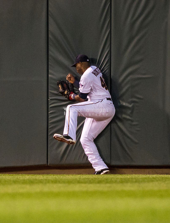 MINNEAPOLIS, MN- MAY 01: Torii Hunter #48 of the Minnesota Twins fields and makes a leaping catch at the wall against the Chicago White Sox on May 1, 2015 at Target Field in Minneapolis, Minnesota. The Twins defeated the White Sox 1-0. (Photo by Brace Hemmelgarn) *** Local Caption *** Torii Hunter