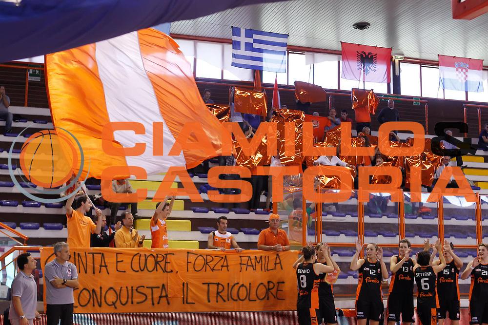 DESCRIZIONE : Pescara Lega A1 Femminile 2012-13 Opening Day 2012 Gesam Gas Lucca Famila Wuber Schio<br /> GIOCATORE : tifo fan supporter<br /> SQUADRA : Famila Wuber Schio<br /> EVENTO : Campionato Lega A1 Femminile 2012-2013 <br /> GARA : Gesam Gas Lucca Famila Wuber Schio<br /> DATA : 14/10/2012<br /> CATEGORIA :<br /> SPORT : Pallacanestro <br /> AUTORE : Agenzia Ciamillo-Castoria/ElioCastoria<br /> Galleria : Lega Basket Femminile 2012-2013 <br /> Fotonotizia : Pescara Lega A1 Femminile 2012-13 Opening Day 2012 Gesam Gas Lucca Famila Wuber Schio<br /> Predefinita :