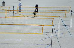 16-08-2014 NED: NK Beachvolleybal 2014, Scheveningen<br /> Harde wind en grote golven op de Noordzee goed voor surfers en kite surfers maar niet voor het beachvolleybal. De beachvelden werden snel ontruimd