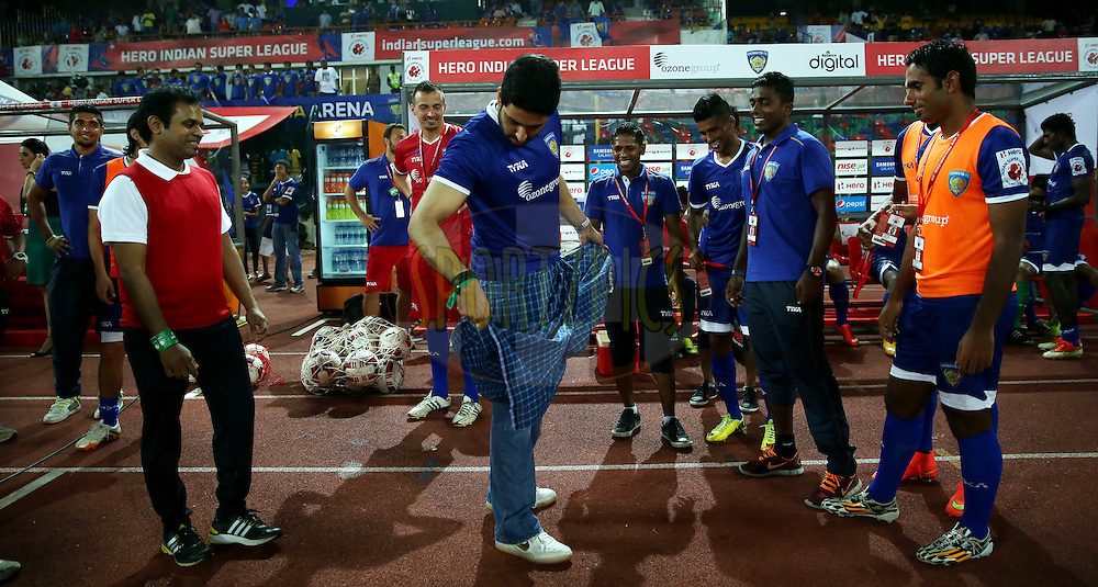 Actor Abhishek Bachchan owner of Chenaiyin FC with chennaiyin players after the match 15 of the Hero Indian Super League between Chennaiyin FC and Mumbai City FC held at the Jawaharlal Nehru Stadium, Chennai, India on the 28th October 2014.<br /> <br /> Photo by:  Sandeep Shetty/ ISL/ SPORTZPICS