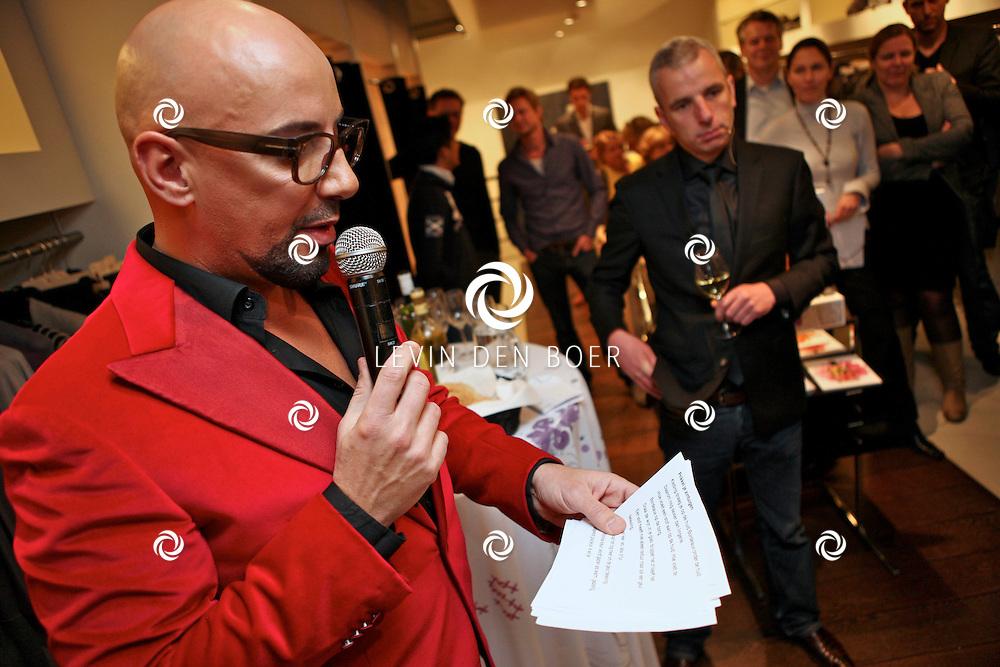 AMSTERDAM - In de PC Hooftstraat bij de bekende winkel OGER werd een Dress en Drinks evenement gehouden. De nieuwste collectie van Oger werd gepresenteerd en gelijk ook de daarbij behorende Chateau wijnen. Met op de foto Michael Stephanus Maria (Maik) de Boer (l) en Cuno van 't Hoff (r). FOTO LEVIN DEN BOER - PERSFOTO.NU