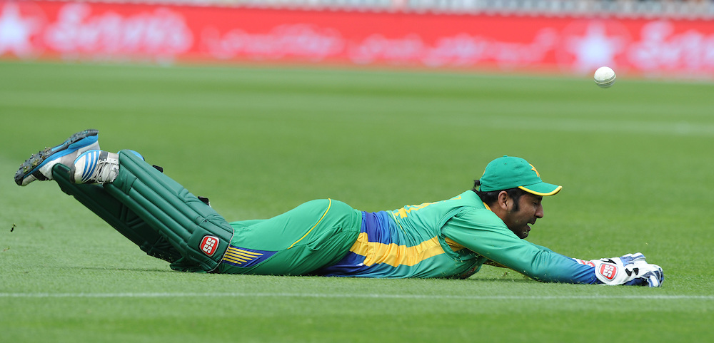 Pakistan's Sarfraz Ahmed misses a diving catch against New Zealand in the 1st ODI International Cricket match at Basin Reserve, Wellington, New Zealand, Monday, January 25, 2016. Credit:SNPA / Ross Setford