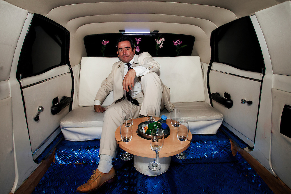 Jhonni, el due&ntilde;o de la limosina. El alquiler del la limo sale 400 pesos argentinos por hora. (50 USD)<br /> <br /> Jhonni, the owner of the limousine. Renting the limousine costs about 400 pesos ( 50 USD) per hour.
