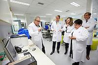 Opheusden, 6 oktober 2015 - Minister van VWS, Edith Schippers en Staatssecretaris van Economische Zaken, Sharon Dijksma bezoeken samen met Koning Willem Alexander het UMCU in Utrecht. <br /> Foto: Phil Nijhuis/ Ministerie van VWS