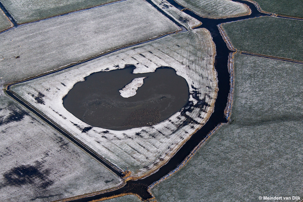 Vaart De Gruuts met opvallend pompelêdvormige meertje te Burum. De Gruuts begint westelijk van Satelietgrondstation 12 (It Grutte Ear) bij Burum en gaat dan in noordelijke richting naar de Gruutswei (Gruytsweg), ten westen van Warfstermolen.