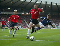Fotball<br /> Foto: SBI/Digitalsport<br /> NORWAY ONLY<br /> <br /> Skottland v Norge<br /> 09.10.2004<br /> <br /> Scotland's Paul Dickov (R) launches himself at Norway's Erik Hagen (C).