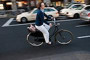 Een vrouw fietst door het centrum van Keulen.<br /> <br /> A woman is cycling at the center of Cologne.