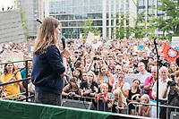 19 JUL 2019, BERLIN/GERMANY:<br /> Luisa-Marie Neubauer, Klimaschutzaktivistin und fuehrenden Aktivistin der Initiative Fridays for Future, haelt eine Rede, waehrend einer Demostartion von Schuelern und Jugendlichen fuer einen besseren Schutz des Klimas, Invalidenpark<br /> IMAGE: 20190719-01-077<br /> KEYWORDS: Demo, Protest, Klimaschutz, Klimawandel, Schüler, climate, speech