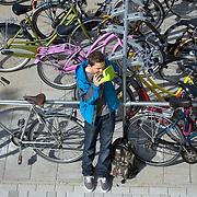 Nederland Rotterdam 23-09-2009 20090923 Serie over onderwijs,  openbare scholengemeenschap. Leerling eet boterham tijdens pauze. eten, boterhammetje, voeding.                                 .Foto: David Rozing