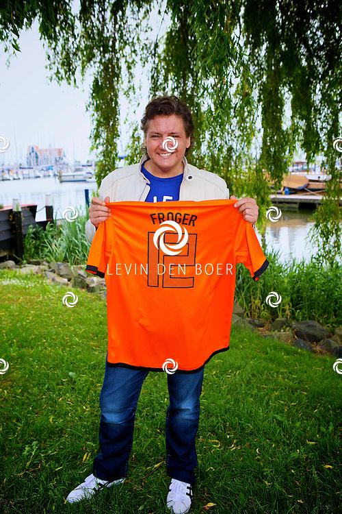 VOLENDAM - Dinsdag 29 mei zal 100procent NL Magazine de Cover onthullen, met als thema -Het EK Voetbal-.  Met op de foto Rene Froger. FOTO LEVIN DEN BOER - PERSFOTO.NU
