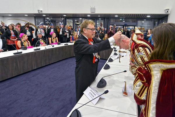 Nederland, Groesbeek, 13-2-2015Burgemeester Harry Keereweer hangt de sleutel van het dorp om de hals van een van de prinsen carnaval uit de gemeente.FOTO: FLIP FRANSSEN/ HOLLANDSE HOOGTE
