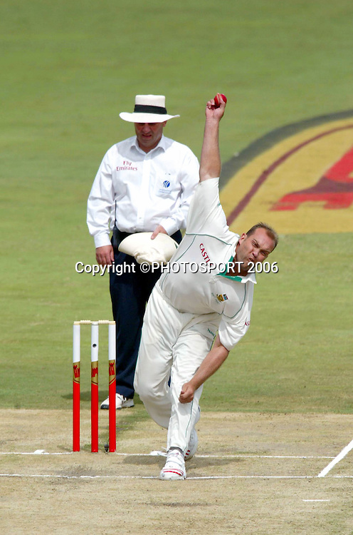 South Africa's Jacques Kallis bowling on day two of the first cricket test between South Africa and New Zealand at SuperSport Park, Centurion, South Africa on Sunday 16 April, 2006. Photo: Africa Visuals/PHOTOSPORT**NZ USE ONLY**<br /> <br /> 160406 2