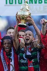22-04-2018 NED: Bekerfinale AZ Alkmaar - Feyenoord, Rotterdam<br /> Feyenoord wint met 3-0 de bekerfinale van AZ / Feyenoord krijgt de beker uit handen van John de Wolf, Karim El Ahmadi #8 of Feyenoord, Tyrell Malacia #35 of Feyenoord