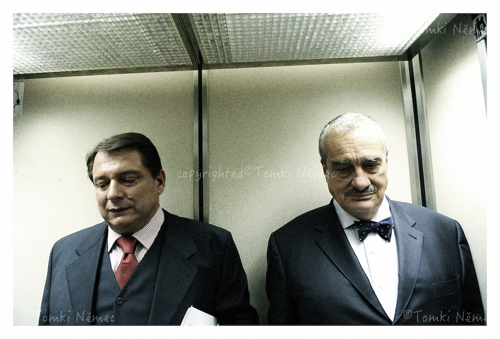 *EN_Karel Schwarzenberg, Czech Republic, 2009 - 2010. During 2009 and 2010, Karel Schwarzenberg, leader of the new TOP 09 political party,toured the Czech Republic as its main representative during the pre-election campaign. During personal encounters with the public, he explained his goals and plans, and defended and explained the party's programme. The Prince, as the majority of people refer to him, led a successful campaign, and during the 2010 parliamentary elections TOP 09 ended up as the second-strongest government coalition party.Schwarzenberg reclaimed the position of minister of defence, temporarily taken from him  in 2009 by the leftist CSSD after it brought down the government of Mirek Topolanek (ODS). The 2010 parliamentary elections brought a crushing defeat for CSSD, and the <br /> fall of its leader, Jiri Paroubek.<br /> <br /> *CZ_Karel Schwarzenberg, Ceska republika, 2009 - 2010. Karel Schwarzenberg, predseda nove  politicke strany TOP 09 objizdel Ceskou republiku a jako hlavni akter predvolebni kampane TOP 09 se setkaval s obcany. Pri setkanich vysvetloval sve zamery a diskutoval o programu strany TOP 09. Knize, jak jej vetsinova cast populace nazyva, vedl uspesnou kampan a TOP 09 se v parlamentnich volbach 2010 stala druhou nejsilnejsi vladni stranou. Schwarzenberg oprasil kreslo ministra zaharnici, ktere mu docasne sebrala levicova CSSD pote, co v roce 2009 behem Ceskeho predsednictvi EU shodila vladu Mirka Topolanka(ODS). Parlamentni volby 2010 znamenaly drtivou porazku CSSD a soucasne pad jejiho predsedy Jiriho Paroubka.
