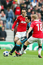 04.05.2011, Old Trafford, Manchester, ENG, UEFA CL, Halbfinale Rueckspiel, Manchester United (ENG) vs Schalke 04 (GER), im Bild: Jose Manuel Jurado (Schalke #18) (M) gegen Dimitar Berbatov (Manchester #9) und Paul Scholes (Manchester #18)   // during the UEFA CL, Semi Final second leg, Manchester United (ENG) vs Schalke 04 (GER), at the Old Trafford, Manchester, 04/05/2011 EXPA Pictures © 2011, PhotoCredit: EXPA/ nph/  Mueller *** Local Caption ***       ****** out of GER / SWE / CRO  / BEL ******