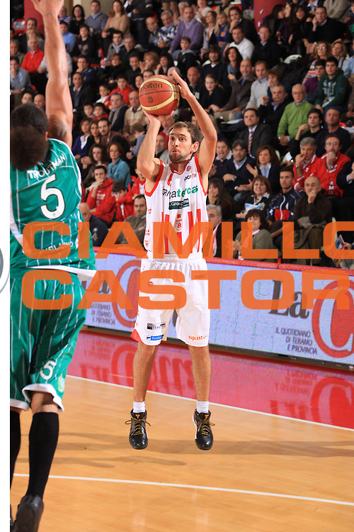 DESCRIZIONE : Teramo Lega A 2009-10 Banca Tercas Teramo Air Avellino<br /> GIOCATORE : Giuseppe Poeta<br /> SQUADRA : Banca Tercas Teramo<br /> EVENTO : Campionato Lega A 2009-2010<br /> GARA : Banca Tercas Teramo Air Avellino<br /> DATA : 06/12/2009<br /> CATEGORIA : Tiro Three Point<br /> SPORT : Pallacanestro<br /> AUTORE : Agenzia Ciamillo-Castoria/M.Carrelli<br /> Galleria : Lega Basket A 2009-2010 <br /> Fotonotizia : Teramo Campionato Italiano Lega A 2009-2010 Banca Tercas Teramo Air Avellino<br /> Predefinita :