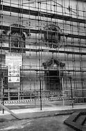 Terremoto in Umbria .Gualdo Tadino  (PG)    13 Marzo 1998.La chiesa di S.Maria del Gonfalone,danneggiata dal terremoto,transennata per la messa in sicurezza.Earthquake in Umbria.Gualdo Tadino (PG) March 13, 1998.The church of St. Mary of the Gonfalone, damaged by the earthquake, fenced for the safety.