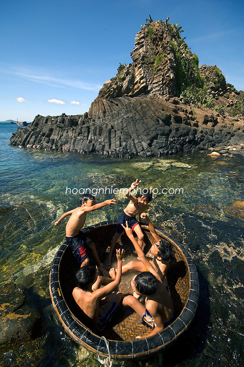 Vietnam images-children-seascape-Tuy Hoa hoàng thế nhiệm