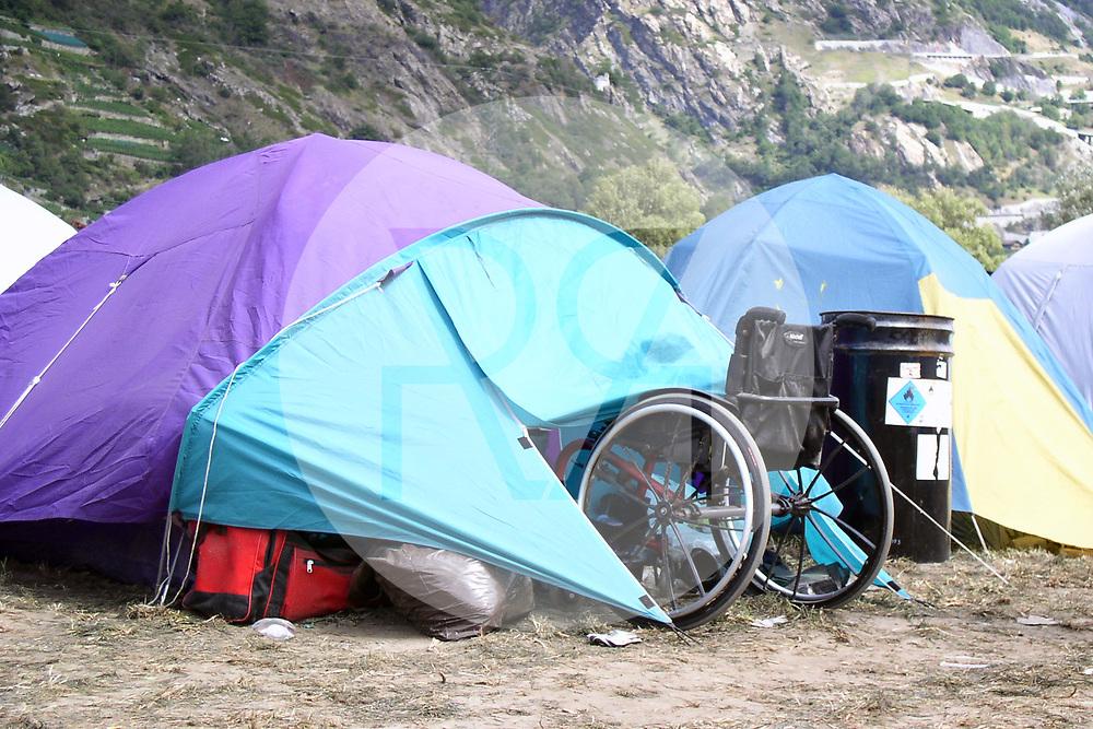 SCHWEIZ - GAMPEL-BRATSCH - Ein Rollstuhl vor einem Zelt am Open Air Gampel - 20. August 2004 © Raphael Hünerfauth - http://huenerfauth.ch
