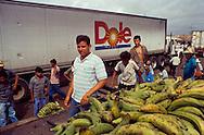 En la zona de la Guajira venezolana, confluyen muchas gandolas que están de paso o vienen a vender o comprar comida, frutas y otros artículos.  Paraguaipoa, 09-01-2001 (Ramón Lepage / Orinoquiaphoto)    Los Filudos, a Guajiro indigenous market near the Venezuelan - Colombian border on the Guajira . Paraguaipoa (Ramón Lepage / Orinoquiaphoto)