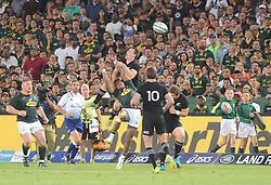 Pretoria, Loftus Versveld Stadium. Rugby Championship. South African Springboks vs New Zealand All Blacks.  06-10-18 A full crowd watch an up and under. Aphiwe Dyantyi misses his attempt at gathering the ball.<br /> Picture: Karen Sandison/African News Agency(ANA)