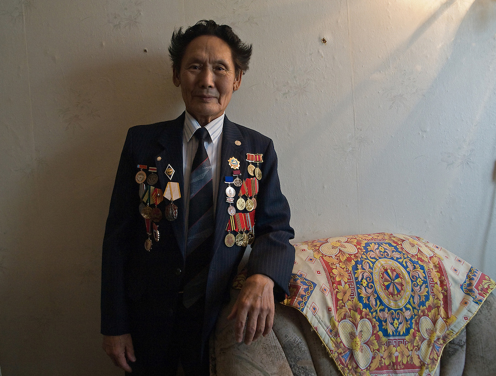 Jakutischer Kriegsveteranen welcher Stolz seine Orden und Auszeichnungen für das Bild zur Schau traegt. Jakutsk wurde 1632 gegruendet und feierte 2007 sein 375 jaehriges Bestehen. Jakutsk ist im Winter eine der kaeltesten Grossstaedte weltweit mit durchschnittlichen Winter Temperaturen von -40.9 Grad Celsius. Die Stadt ist nicht weit entfernt von Oimjakon, dem Kaeltepol der bewohnten Gebiete der Erde.<br /> <br /> Yakutian war veteran who is proudly posing with his medals and decorations. Yakutsk was founded in 1632 and celebrated 2007 the 375th anniversary. Yakutsk is a city in the Russian Far East, located about 4 degrees (450 km) below the Arctic Circle. It is the capital of the Sakha (Yakutia) Republic (formerly the Yakut Autonomous Soviet Socialist Republic), Russia and a major port on the Lena River. Yakutsk is one of the coldest cities on earth, with winter temperatures averaging -40.9 degrees Celsius.