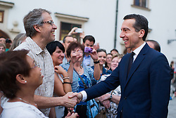 07.07.2016, Präsidentschaftskanzlei, Wien, AUT, Militärischer Festakt anlässlich der Beendigung der Amtszeit von Bundespräsident Fischer, im Bild Bundeskanzler Christian Kern (SPÖ) (R) mit Zuschauern // Federal Chancellor of Austria Christian Kern (R) with visitors during the military farewell ceremony for the federal president of austria in Vienna, Austria on 2016/07/07, EXPA Pictures © 2016, PhotoCredit: EXPA/ Michael Gruber