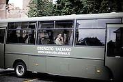 ROMA. UN VOLONTARIO DELL'ESERCITO ITALIANO APPOGGIATO AL VETRO DI UNO DEGLI AUTOBUS DELL'ESERCITO ITALIANO
