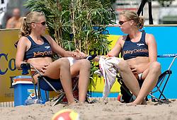 18-06-2006 VOLLEYBAL: CITY BEACH TOUR: GOUDA<br /> De finales van de City Beach! Tour stond dit weekend op de markt van Gouda / Laura Dijkema en Madelein Meppelink<br /> &copy;2006-WWW.FOTOHOOGENDOORN.NL