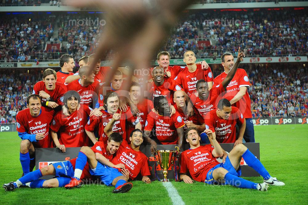 FUSSBALL   Super - League  SAISON 2007/2008   10.05.2008 FC Basel - BSC Young Boys Bern Offizielle Meisterschaftsfoto mit Pokal des Meisters der Saison 2007/2008 FC Basel. Im Vordergrund die Hand eines Security.
