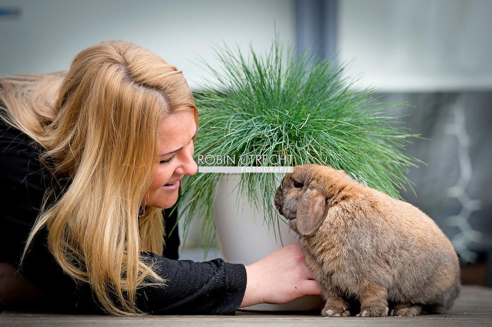 """In de zomer van 2014 vonden Shilo Snijders en haar man een verwaarloosd konijn op het terras in hun tuin. Een zoektocht naar de eigenaar leverde niets op en daarom besloten ze hem te houden. Maar omdat een konijn alleen vereenzaamt, zocht Shilo in het asiel naar een speelmaatje. En daar bleef het niet bij. In het asiel vond ze een maatje voor Wolley dat ze Ooievaar noemde. Later volgde ook Flens, die nog maar net gewend was aan zijn nieuwe thuis, toen Shilo op het terras een vierde konijntje trof: Skip. Shilo vertelt daar nu over: """"Het heeft een paar maanden geduurd, maar nu gaat het goed tussen mijn vier konijnen. Elke ochtend als ik ze water, hooi, wortel en brokjes geef, ga ik bij ze zitten. Na een paar hapjes komt Wolley me begroeten door twee rondjes om me heen te lopen. Heerlijk vind ik het als ik hem prinsheerlijk in de ren te zien liggen met zijn drie al even tevreden haremdames."""""""
