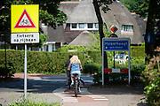 Fietsers rijden over het fietspad tussen Blaricum en Huizen.<br /> <br /> Cyclists ride at the bike path between Blaricum and Huizen.